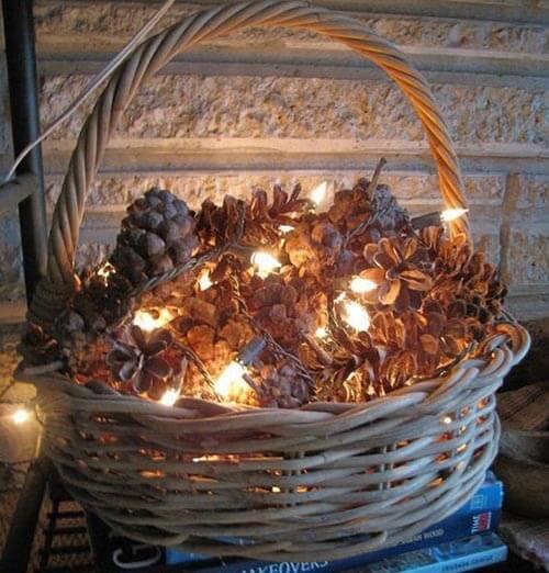 Светящаяся корзина с шишками для новогоднего декора