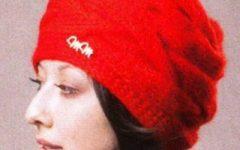 шапочка узором Коса, связанная спицми в поперечном направлении