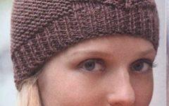 удобная вязаная спицами шапочка для женщин