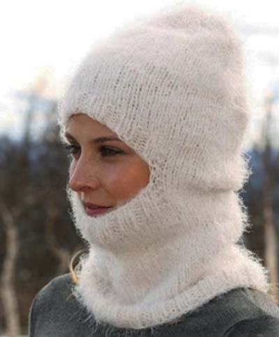 Вязаная спицами шапочка шлем - новая модель