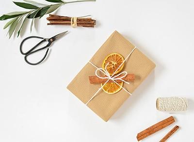 упаковка подарка с цитрусовыми