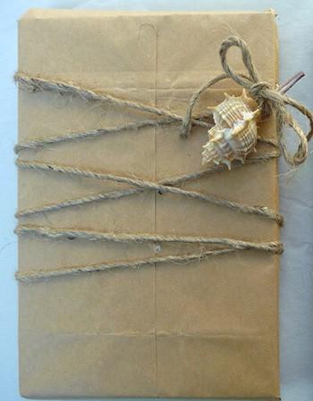 ракушки для упаковки подарка в оберточной бумаге