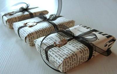 брутальная упаковка подарка в газетную бумагу
