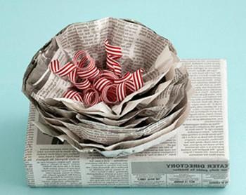 Упаковка подарка в газетную бумагу с бантом