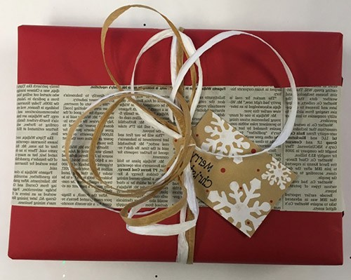 упаковка подарка с элементами винтажной газетной бумаги