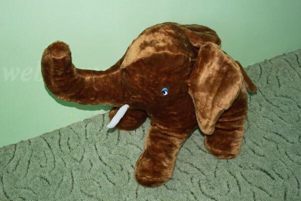 слоненок Яша сбоку