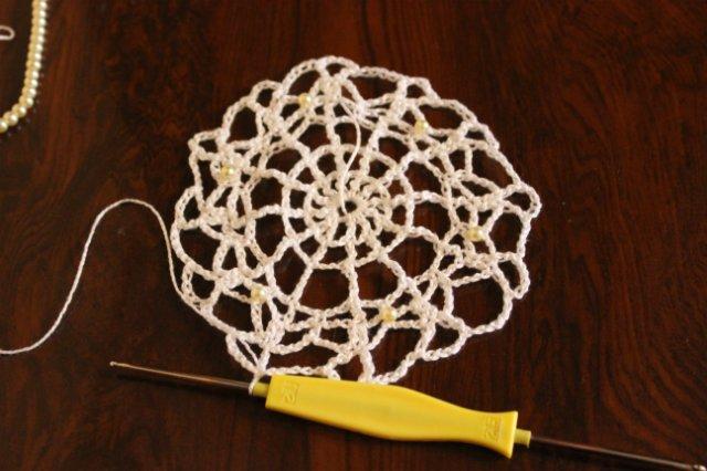 салфетка с вязанными в схему бусинами