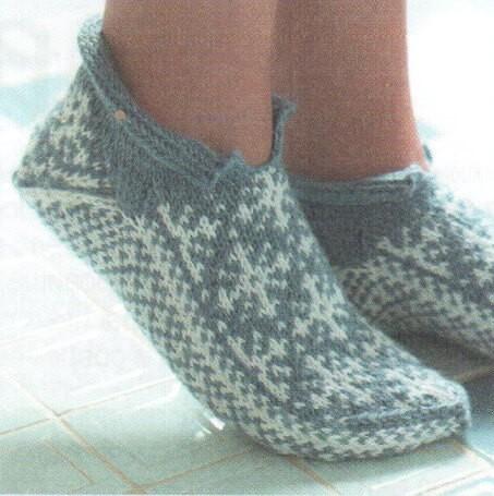Вязанные носки на спицах с узорами витое вязание и жаккард
