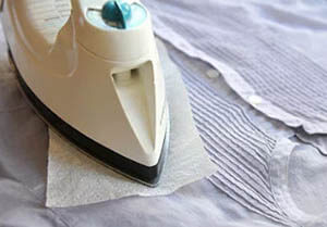удаление пластилина с помощью утюга и салфеток
