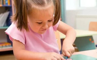 детки с увлечением занимаются лепкой