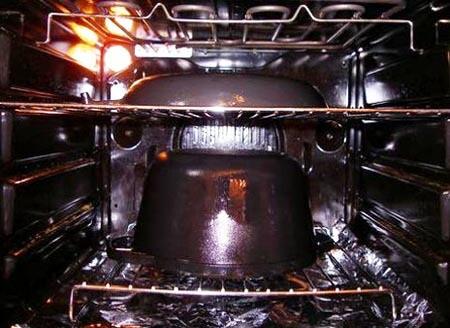 Прокаливаем новую чугунную сковорду с маслом в духовке
