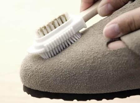 лучше всего чистить замшу специальной щеткой
