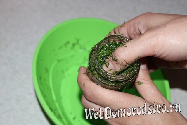 плотно набиваем зелень в банку