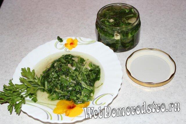 готовое блюдо с маринованным салатом